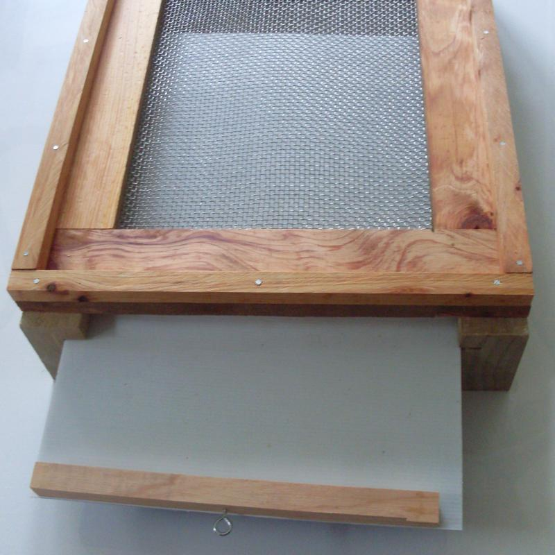 Vented bottom board for beehives